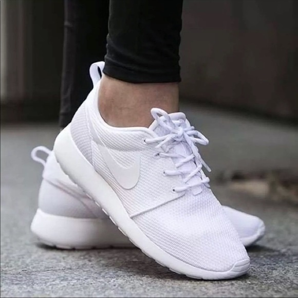 best service 83a56 7b08a NIKE KIDS ALL WHITE ROSHE RUNS